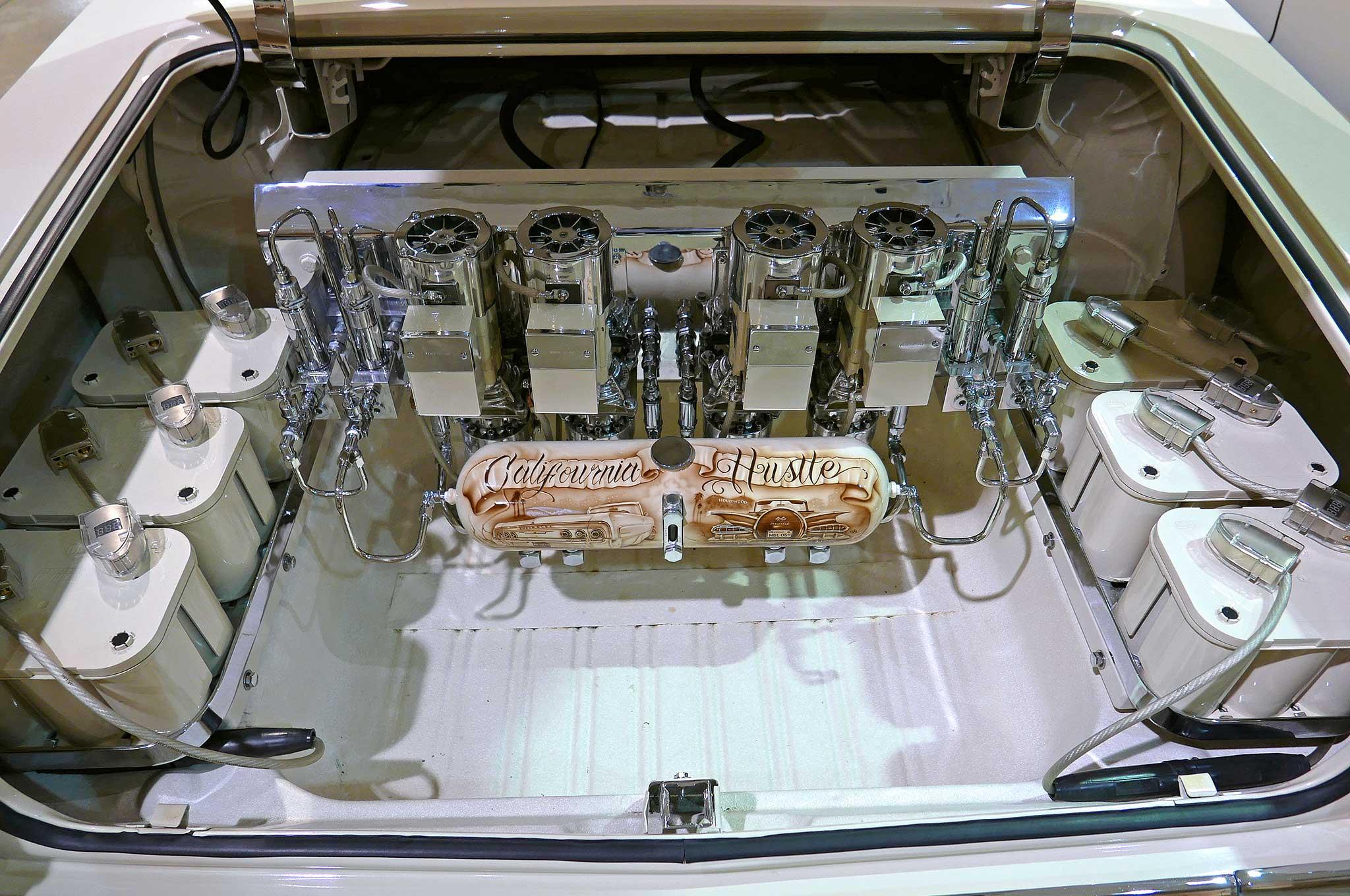 аккумуляторы в багажнике Lowraide